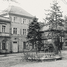 images/Galerien/05-Unternehmen/05-Geschichte/Geschichte-1964-Springbrunnen-Verwaltungsdirektor_235x235.jpg